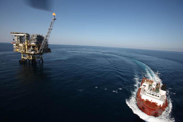 박호광-02- 바다위에 섬 해상 플랫폼과 식량 및 작업에 필요한 자재를 운반하는 보급선.jpg
