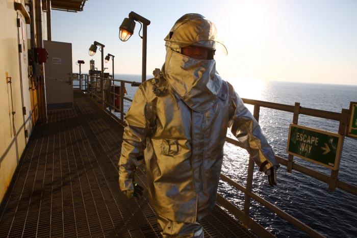 박호광-03-부존 석유와 가스로 항상 화재의 위험이 존재하는 플랫폼의 소방대원.jpg