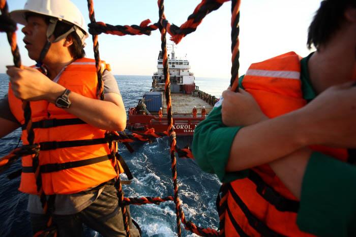 박호광-04-플랫폼과 배의 유일한 운송 수단인 바스켓을 타고 이동중인 작업자들.jpg