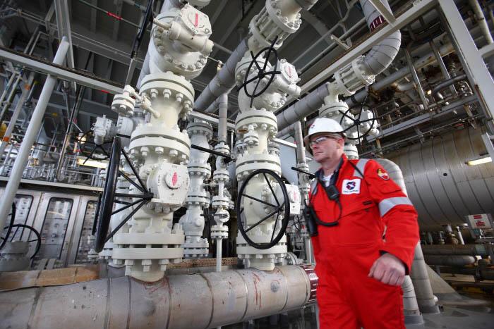 박호광-05- 바다속 지층에서 석유와 가스를 뽑아 올리는 플랫폼의 배관시설.jpg