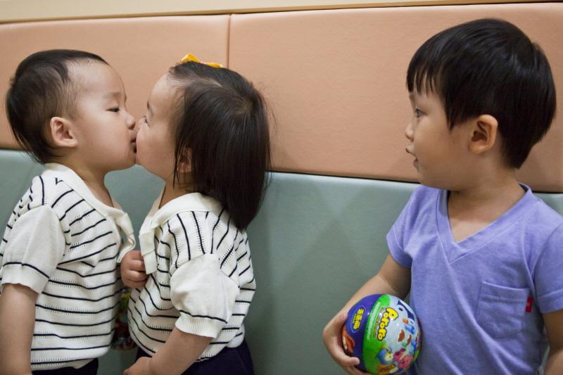 a_kiss_2.jpg